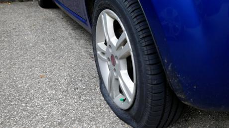 Ein Unbekannter hat an einem Auto in Illertissen drei Reifen zerstochen.