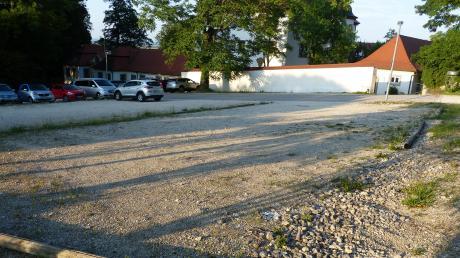 Momentan ist der Schloss-Parkplatz in Reimlingen noch eine Kiesfläche mit liegenden Holzstangen als Begrenzung. Anfang nächsten Jahres soll dort ein asphaltierter Parkplatz entstehen; die Bauzeit wird ein halbes Jahr betragen.
