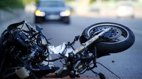 Am Ortseingang von Lindach im Kreis Dachau kommt es zu einem Motorradunfall mit zwei Schwerverletzten.