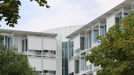 Am Stiftungskrankenhaus in Nördlingen arbeitet Professor Dr. Bernhard Kuch jetzt mit acht Oberärzten zusammen. Neu in der Klinik ist Dr. Thomas Niebauer.