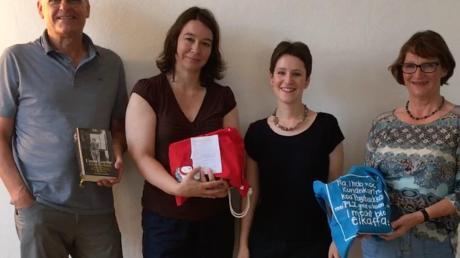 """Zum Abschluss der Aktion """"Nördlingen liest ein Buch"""" gab es einen zusätzlichen Goethe-Schiller-Abend (von links nach rechts): Ralf Lehmann von der Buchhandlung Lehmann, Evelyn Fischer von Osiander, Kathrin Häffner von der Stadtbibliothek und Maria Wittner, eine der beiden Gewinnerinnen der Buchpaket-Verlosung."""