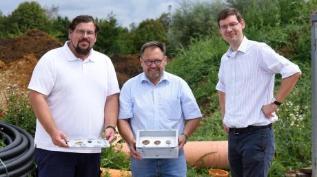 Zeigen die Funde aus Wallerstein (von links): Dr. Manfred Woidich, Bürgermeister Joseph Mayer und Dr. Johann Tolksdorf.