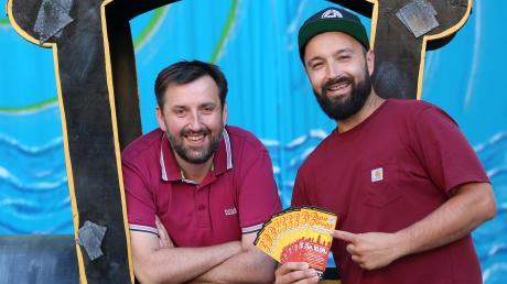 Fladen-Pirat Marcel Kraft (rechts) freut sich, über die freundliche Unterstützung von Axel Schönmüller (links) und dem Verein Alt Nördlingen für die Zusammenarbeit.