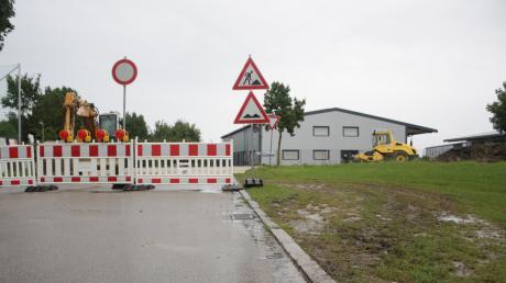 """Das Schild """"Verbot für Fahrzeuge aller Art"""" an der Hauptstraße in Deiningen symbolisiert, dass Pkw-Fahrer nicht weiterfahren dürfen. Daran halten sich viele Autofahrer aber nicht, wie die Reifenspuren im Gras zeigen."""