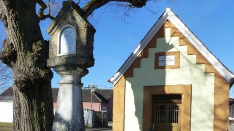 """Am """"Pfaffensteig"""" stehen die Kapelle """"Zum guten Hirten"""" eine Gedenksäule zum Dreißigjährigen Krieg."""