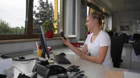 Anne Wagner ist Juniorchefin bei der Firma Wagner in Deiningen. Dort funktionierte in der vergangenen Woche das Telefon nicht mehr, mit einer Notlösung behilft sich der Betrieb.