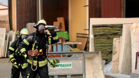 Atemschutzträger der Feuerwehr mussten am Sonntagfrüh einen Brand an einem Stapler löschen.