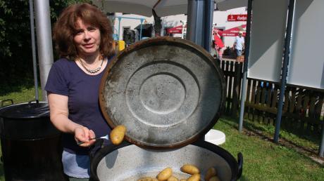 Selbstverständlich gab es beim Kartoffelfest auf dem Gelände des Museums Kulturland Ries in Maihingen auch gedämpfte Kartoffeln. Gudrun Neumayr kümmerte sich um die leckeren Knollen.