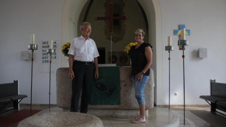 Pfarrer Rüdiger Lange und Elke Thum übernehmen viele Aufgaben, solange Alerheim noch keinen eigenen Pfarrer hat. Thum ist Vertrauensfrau im Kirchenvorstand. Sie sagt, dass vieles nur funktioniert, weil das Dorf zusammenhält.