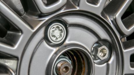 An manchen Autos gibt es eine spezielle Diebstahlsicherung für Radmuttern. (Symbolbild)