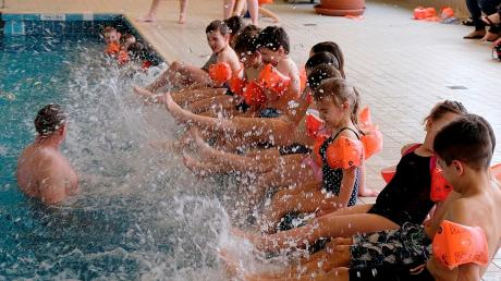 Spaß im Wasser haben und schwimmen lernen: Das ist das Ziel der Schwimmkurse, hier im städtischen Hallenbad.