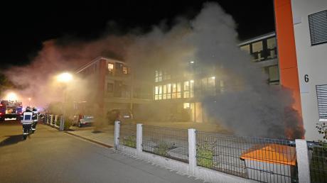 Dichter, schwarzer Rauch quoll aus den Lüftungsschächten. Etwa 30 Autos, so schätzt Polizeichef Walter Beck, wurden ein Raub der Flammen.