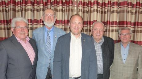 Im Holzkirchener Gasthaus zur Krone waren (von links) Schatzmeister Walter Lang, Ehrenmitglied Professor Dr. Hans Frei, neuer Vorsitzender Gerhard Beck, Ehrenmitglied Dr. Friedrich Keßler und Zweiter Vorsitzender Edwin Michler.