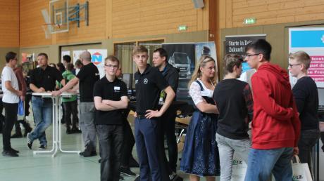 Bei der Ausbildungsmesse in Wallerstein informierten sich Schüler über Berufe, die Firmen präsentierten ihr Angebot.