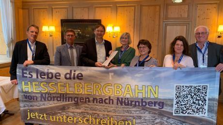 """1576 Unterschriften haben die Initiatoren der Online-Petition """"Es lebe die Hesselbergbahn von Nördlingen nach Nürnberg"""" an Verkehrsminister Dr. Hans Reichhart übergeben."""