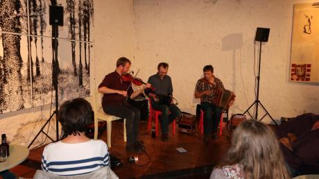 """Das Bild zeigt (von links) Sam Sweeney (Geige, Viola), Rob Harbron (Concertina) und Andy Cutting (Diatonisches Akkordeon) – sie bilden die Gruppe """"Leveret""""."""