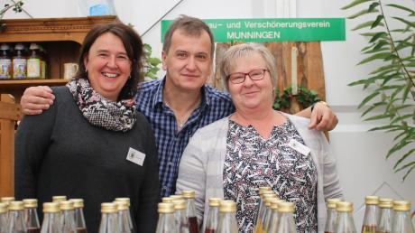 Am Stand des Gartenbau- und Verschönerungsvereins Munningen können Besucher bei Christa Hertle, Alex Kohler und Klaudia Kienberger (von links) verschiedene Saftmischungen probieren.