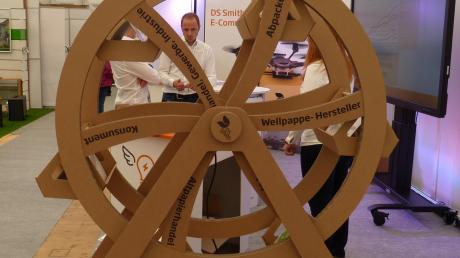 Die Firma DS Smith zeigt unter anderem, was alles aus Wellpappe geschaffen werden kann: beispielsweise ein Riesenrad. Drohnen könnten in Zukunft den Versand von Paketen übernehmen.