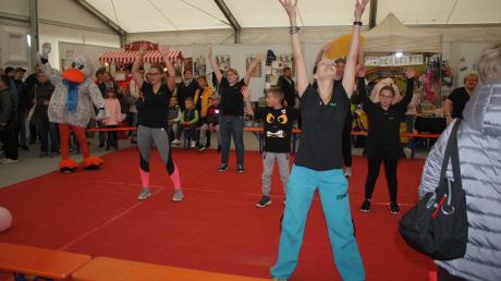 Die Zumbagruppe des TSV Nördlingen zeigt eine Vorführung im Jugendzelt. Der Verein möchte auf die Abteilungen aufmerksam machen, die es neben dem Fußball gibt.