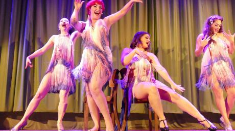 """""""Tits & Jazz"""" haben das Publikum im Kinosaal in Oettingen überzeugt. Wie für die New Burlesque üblich, zeigen die Tänzerinnen viel Haut, lassen jedoch nicht alle Hüllen fallen."""