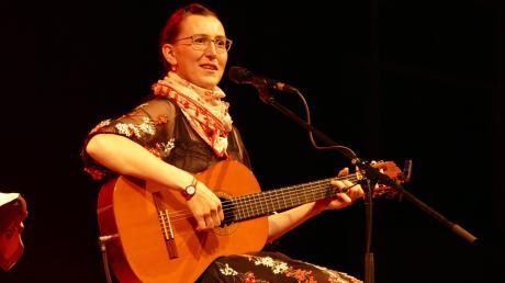 """Kabarettistin Martina Schwarzmann war in Nördlingen in der Hermann-Keßler-Halle zu Gast. Sie begeisterte die rund 1500 Besucher mit ihrem Programm """"Genau richtig!""""."""