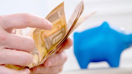 Alte Prämiensparverträge boten in Vergangenheit oft lohnende Zinssätze. Allerdings müssen Sparkassen nun auf die Niedrigzinspolitik der EZB reagieren und informierten Kunden über eine Kündigung dieser alten Verträge.