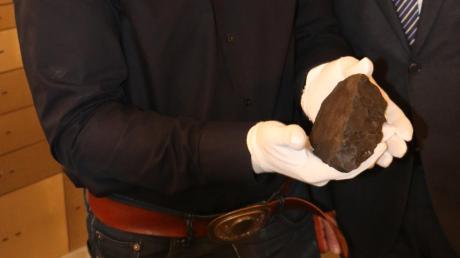 Dr. Oliver Sachs (links) und Bernhard Ströbele von der Raiffeisen-Volksbank mit dem Stubenberg-Meteorit, der anschließend in einem Tresor verwahrt wurde.