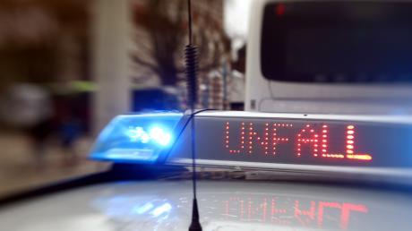 Die Polizei sucht nach einem Unfall nach dem Fahrer eines Jaguars.