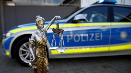 Die Polizei ermittelt, weil ein 50-Jähriger einen 70-Jährigen in Adelsried geschlagen haben soll.