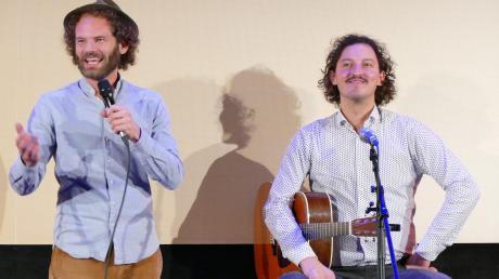 Maxi Schafroth im Kinokabarett in der Goldenen Gans in Oettingen. Der Allgäuer wurde begleitet von Gitarrist Markus Schalk.