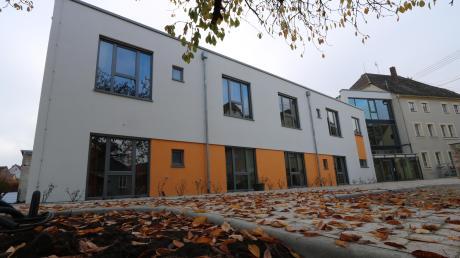 Der Neubau am Oettinger Kinderheim steht – bald soll derAltbau rechts saniert werden.