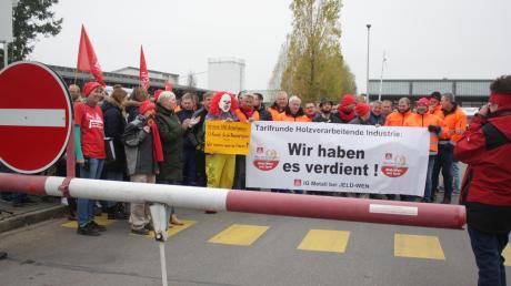 Bei einer Aktion der Gewerkschaft IG Metall versammeln sich in Oettingen etwa 100 Personen, um auf die Tarifverhandlungen aufmerksam zu machen.