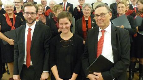 Viel Beifall erhielt Chorleiter Stefan Schneider (von links) für die ambitionierte Auswahl der Chorliteratur und sein exaktes Dirigat, Amelie Warner für die pianistisch anspruchsvolle Klavierbegleitung. Rechts im Bild Historiker Werner Eisenschink.
