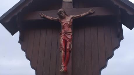 In Hainsfarth ist die Christus-Figur und ein Feldkreuz verschmiert worden.