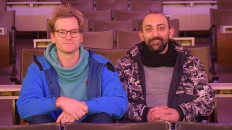 Moritz Gruber (links) und Silvan Hertle sitzen im Kinosaal der Goldenen Gans in Oettingen.