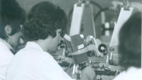 RoodMicrotec gibt es bereits seit 50 Jahren in Nördlingen. Das Bild zeigt, wie die Arbeit in den 1970er Jahren aussah.