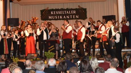 In der Amerdinger Turn- und Festhalle erlebten die Besucher einen heiteren Blasmusik-Abend.