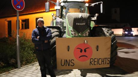 Jordan Putman protestierte beim Besuch von Innenminister Joachim Herrmann in Möttingen. Er fordert mehr Respekt für die Landwirtschaft.