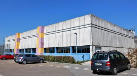 Die Dreifachturnhalle neben der Grund- und Mittelschule Oettingen wird generalsaniert und aufgewertet. Bürgermeisterin Petra Wagner meint, ein Baubeginn vor 2020 sei unrealistisch.