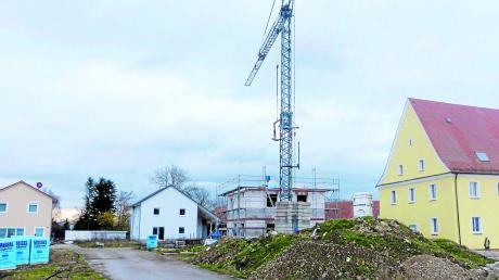 Das Walserhaus (rechts) wird ausgebaut, ein neues Einfamilienhaus entsteht gerade, zwei weitere sind bereits verkauft. Insgesamt wird gerade diskutiert, ob im Ganzen 13 Einfamilien- und zwei Doppelhäuser entstehen sollen.