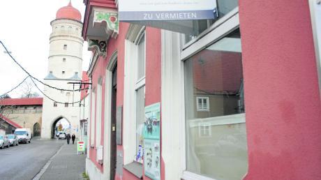 Das Gebäude in der Deininger Straße 24 in Nördlingen ist seit einigen Monaten zu vermieten. Andere Gebäude in der Stadt stehen deutlich länger leer. Die Suche nach einem passenden Mieter ist von verschiedenen Faktoren abhängig.