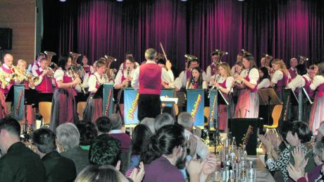 Der Musikverein Maihingen gab in Wallerstein sein Jahresabschlusskonzert. Zu hören waren die Jugend- und die Stammkapelle. Die Besucher waren begeistert und forderten Zugaben ein.