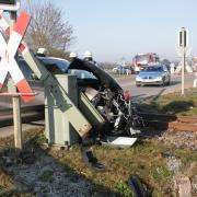 Eine Autofahrerin ist am Bahnübergang in Richtung Nähermemminger Weg mit einem Zug kollidiert.