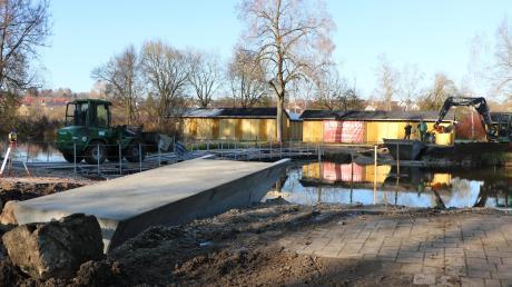 Hier wird bald eine neue Brücke die beiden Ufer verbinden. Die Widerlager aus Beton wurden bereits befestigt, Ende Januar soll ein 19 Meter langer Holzträger darüber kommen.