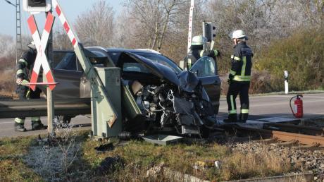 Ein Auto und ein Zug sind am Mittwoch zusammengeprallt.
