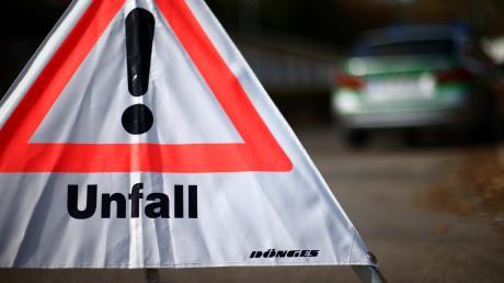 Eine Autofahrerin wollte in Vöhringen rückwärts ausparken, als eine Radfahrerin hinter ihr stürzte.