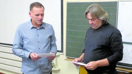 Bürgermeister Weiß (links) bei der Vereidigung des Gemeinderats-Nachfolgers Georg Beyhl senior.