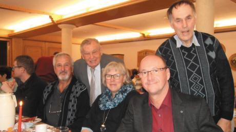 Bei der gemeinsamen VdK-Weihnachtsfeier in Balgheim von rechts: Friedrich Wiedemann, Erwin Seiler, Sylva Gebhard, Möttingens Ehrenvorsitzender Friedrich Kilian und Georg Tuffentsammer.