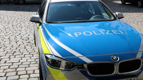 Die Polizei sucht nach zeugen, weil ein Radfahrer im Vorbeifahren ein Auto beschädigt hat.