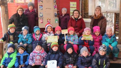 """Die """"ÖkoKids"""" vom Waldkindergarten """"Wipfelstürmer"""" in Riesbürg zusammen mit ihrer pädagogischen Fachkraft Miriam Buckel (ganz links) und den Praktikantinnen Clarissa Kraus und Lena Gerstmeyer (beide obere Reihe rechts)."""